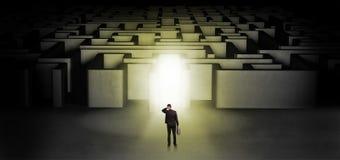 Verloren zakenman die zich bij verlichte labyrintingang bevinden royalty-vrije stock fotografie