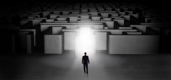 Verloren zakenman die zich bij verlichte labyrintingang bevinden royalty-vrije illustratie