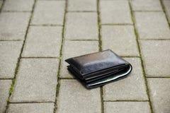 Verloren zwarte portefeuille Royalty-vrije Stock Foto