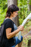Verlorene Frau in der Landschaft, die eine Karte hält Lizenzfreie Stockbilder