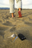 Verlorene Tasten am Strand lizenzfreie stockfotografie