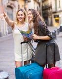 Verlorene Touristen, die nach Hotel suchen Stockfotos