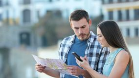 Verlorene Touristen, die online bestes Angebot finden stock video