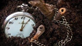 Verlorene Uhr im Boden Stockbild