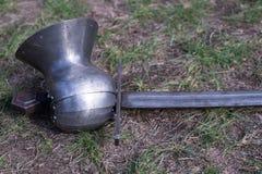 Verlorener Arm des Ritters auf einem Schlachtfeld Stockbilder