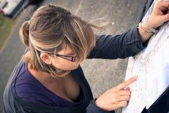 Verlorener Fahrer, der nach Richtung auf Karte sucht Stockfotos
