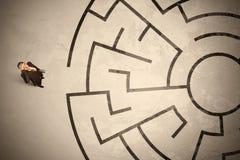Verlorener Geschäftsmann, welche nach einer Weise im Kreislabyrinth sucht Stockfotos