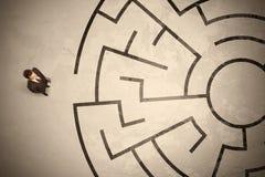 Verlorener Geschäftsmann, welche nach einer Weise im Kreislabyrinth sucht Lizenzfreie Stockfotografie