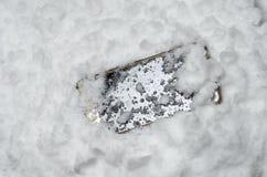 Verlorener Handy ist im Schnee lizenzfreies stockbild