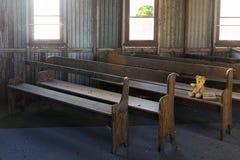 Verlorener Teddy Bear in verlassener alter Kirche Stockfotos