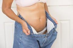 Verlorenes Gewicht der reifen Frau durch Diät Stockbild