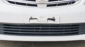 Verlorenes Kfz-Kennzeichen auf dem weißen Auto Lizenzfreie Stockfotos