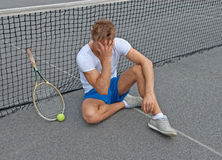 Verlorenes Spiel. Enttäuschter Tennisspieler. Stockfotografie