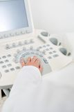 Verloskundige Using Ultrasound Machine stock afbeeldingen