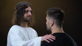 Verlosser die de ongelukkige mens, geloof in God koesteren, geestelijke bescherming, eeuwigheid stock video