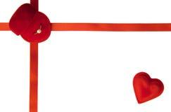 Verlovingsring en rode hart/Valentijnskaart Stock Afbeeldingen