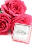 Verlovingsring en rozen Stock Fotografie