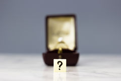 Verlovingsring met vraagteken Royalty-vrije Stock Foto