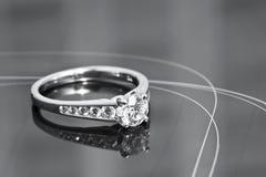 Verlovingsring op een weerspiegelende oppervlakte Stock Afbeeldingen