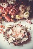 Verlovingsringen op nest-gestileerd hoofdkussen Royalty-vrije Stock Foto