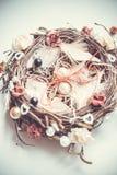 Verlovingsringen op nest-gestileerd hoofdkussen Stock Fotografie