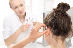 Verlust der Hörfähigkeit in den Kindern Ein Kind am HNOdoktor Stockbilder