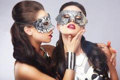 vermaak Vrouwen in Zilveren Glanzende Maskers kunstenaarstalent Stock Afbeelding