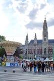 Vermaakritten voor rathaus in Wenen stock afbeeldingen