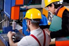 Överman med arbetaren i lager Arkivbilder
