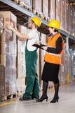 Överman och arbetare i lager Royaltyfria Bilder