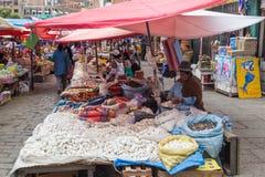 Vermarkten Sie die Frau, die Gemüse in La Paz, Bolivien verkauft Stockfotos