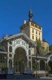 Vermarkten Sie Kolonnade und ziehen Sie sich Turm, Karlovy Vary, Tschechische Republik zurück lizenzfreies stockbild