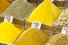 Vermarkten Sie Stand mit bunten Gewürzen und trockenem Gemüse Stockbilder