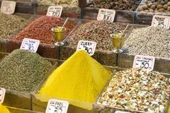 Vermarkten Sie Stand mit bunten Gewürzen und trockenem Gemüse Lizenzfreie Stockbilder