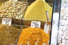 Vermarkten Sie Stand mit bunten Gewürzen und trockenem Gemüse Stockfotos