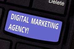 Vermarktende Agentur Wortschreibenstext Digital Geschäftskonzept für Hilfsgeschäft in der genauen Zielgruppen Taste sich engagier lizenzfreies stockbild