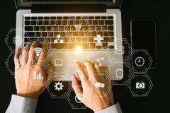 Vermarktende Medien Digital virtuelle Ikonen des Social Media und des Marketings auf virtuellem Schirm lizenzfreies stockfoto