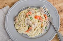 Vermecilli pasta på grå färgplattan Arkivfoton