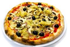 Vermehrt sich italienische Lebensmittelpizza Pizza Capriciosa, Schinken Oliven explosionsartig stockfoto