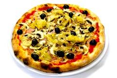 Vermehrt sich italienische Lebensmittelpizza Pizza Capriciosa, Schinken Oliven explosionsartig lizenzfreie stockbilder