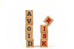 Vermeiden Sie das Risikowort, das auf Würfelform geschrieben wird Lizenzfreies Stockfoto