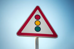 Vermelho, amarelo, verde A estrada do triângulo assina sobre o fundo do céu azul Imagem de Stock Royalty Free