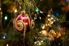 Vermelho & ornamento do Natal do ouro fotografia de stock