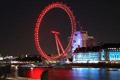 Vermelho brilhante da roda de Coca Cola London Eye Ferris na noite fotos de stock royalty free