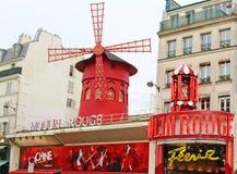 Vermelho, construções e arquitetura de Moulin típicos de Paris foto de stock royalty free