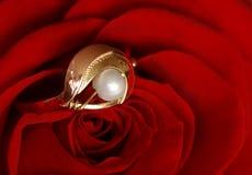 Vermelho cor-de-rosa e anel com pérola Imagem de Stock