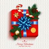 Vermelho da caixa de presente atual na curva da fita do ouro com árvore de abeto, lata dos doces Foto de Stock