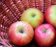 Vermelho de Apple na cesta cor-de-rosa do fundo Imagem de Stock Royalty Free