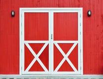 Vermelho de madeira da porta e da parede Fotografia de Stock