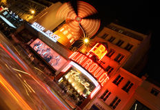 Vermelho de Moulin de Paris na noite Foto de Stock